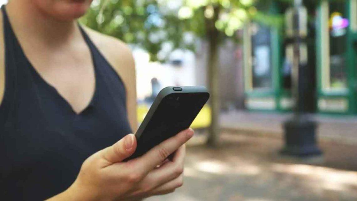"""Le donne spiano più spesso lo smartphone del partner: a rivelarlo, uno studio condotto da Sotomo per """"Sunrise"""""""