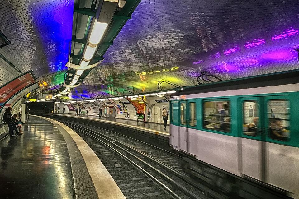 Parigi, è nato un bimbo in metro. E la RATP ha deciso di festeggiarlo con un regalo particolare