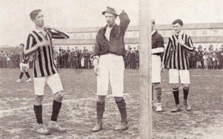 800px-Bologna_-_Internazionale_0-1,_1910_-_Gino_Vallesella_si_aggiusta_il_curioso_copricapo.