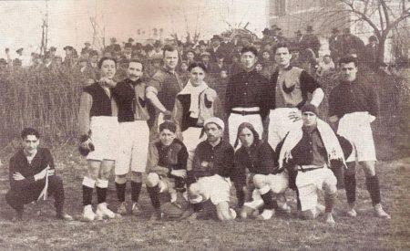 800px-La_prima_maglia_rossoblù_del_bologna_1909-10.