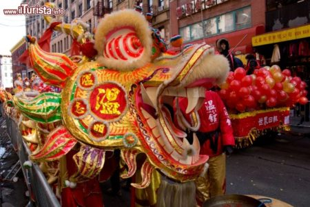 Capodanno_cinese_Chinatown_New_York_City_parata_in_strada_dragone_128664269