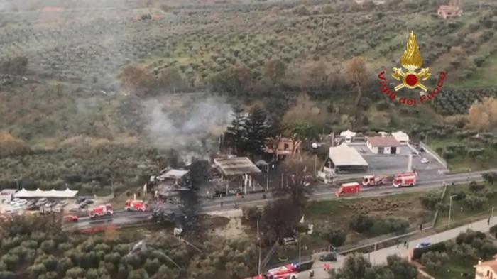 Esplode cisterna in distributore, morto anche vigile del fuoco: 17 feriti, 3 gravi – VIDEO