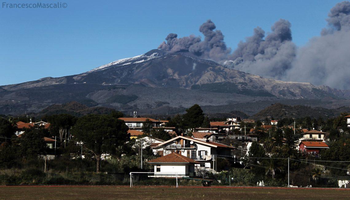 Catania: vigilia sotto l'eruzione dell'Etna – le foto dal territorio