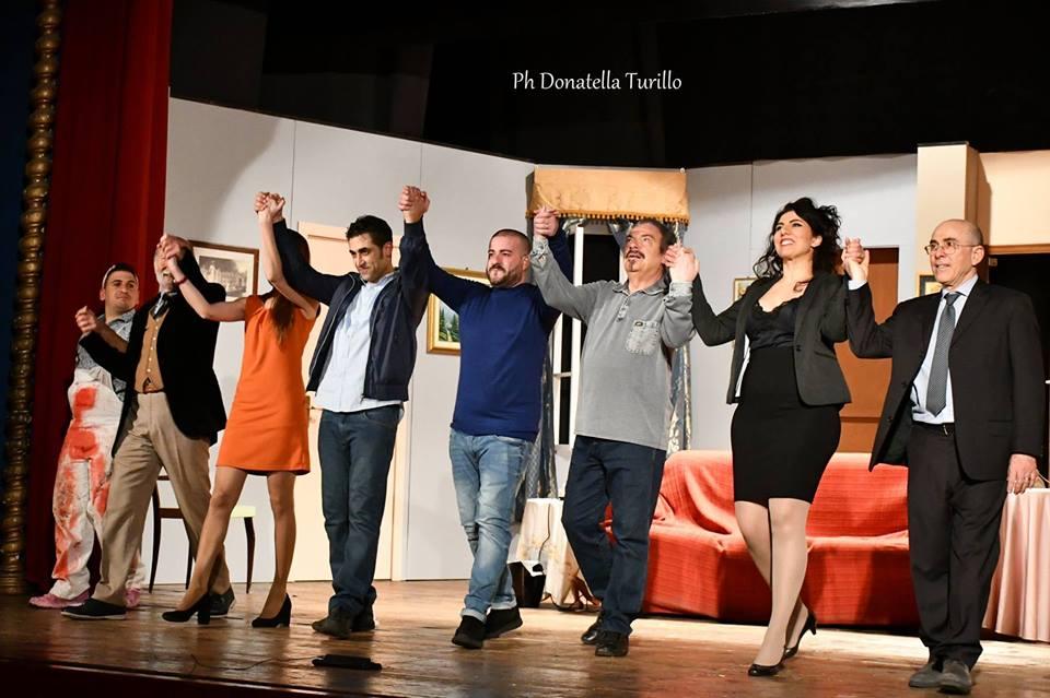 """Risate e tanti applausi a teatro per la commedia """"Taxi a due piazze"""""""