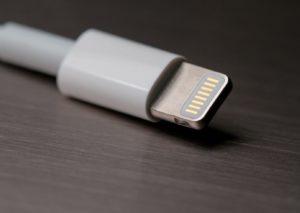 Caricabatterie uguali per tutti: la proposta dell'UE, non condivisa da Apple