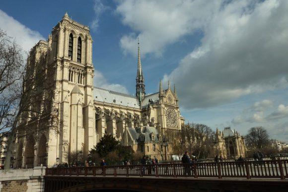 Parigi: a fuoco la cattedrale di Notre Dame, le immagini dal web