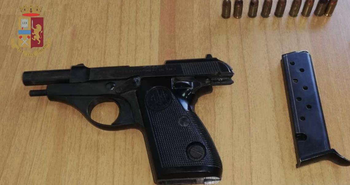 Minaccia vicini e poliziotti con una pistola poi si punta l'arma alla testa: arrestata messinese di 43 anni