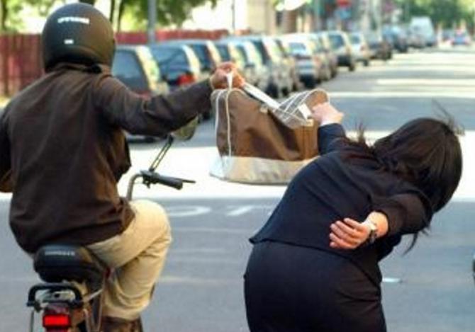 Scippa la borsa ad una donna e finisce in ospedale: arrestato