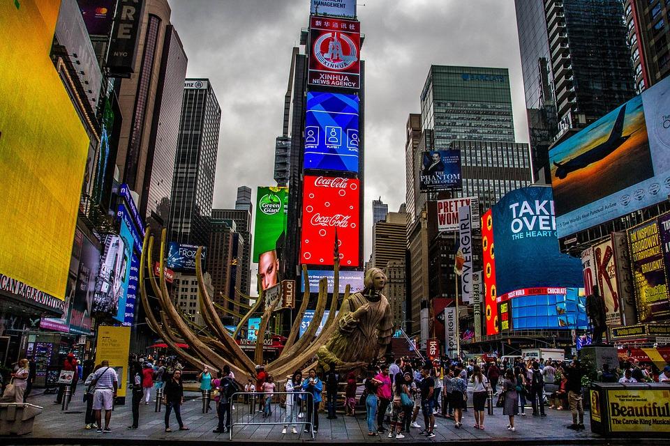 New York, elicottero si schianta contro un grattacielo vicino Times Square