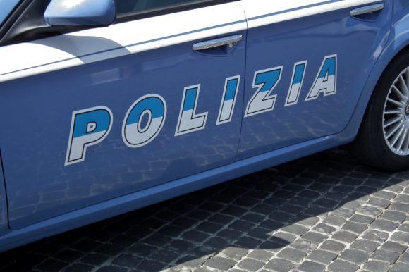 Ubriaco senza mascherina prende a pugni i poliziotti