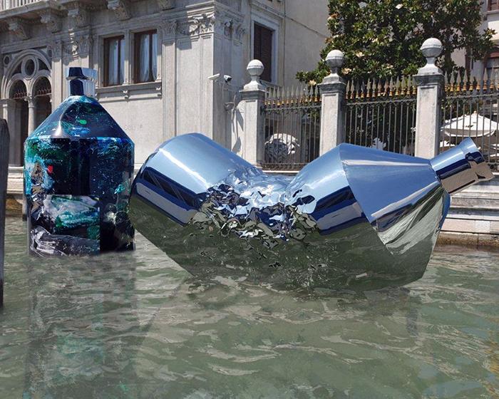 """""""The Twin Bottles"""", a Venezia l'opera contro l'inquinamento delle acque"""
