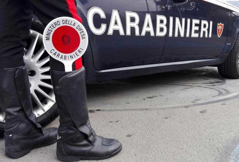 Rapina la madre di 30.000 euro e si barrica in casa: arrestato