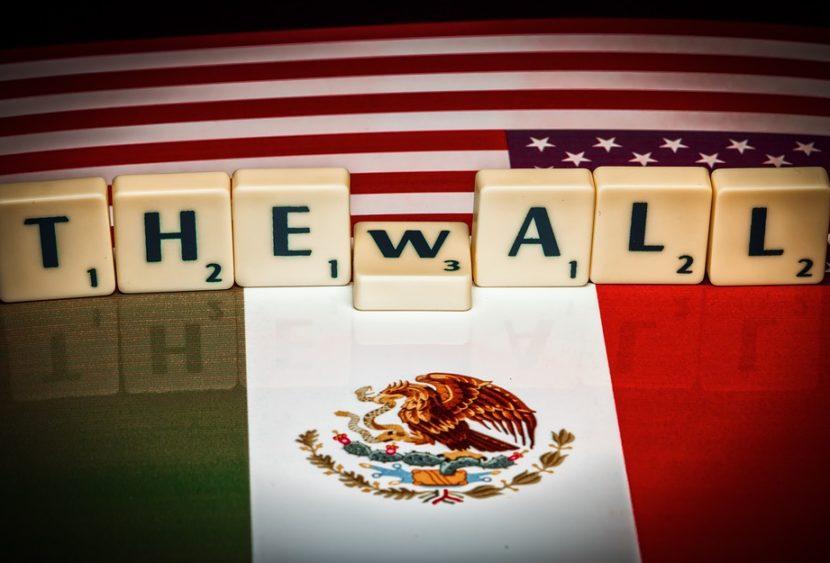 Altalena rosa sul muro tra Messico e USA: il gioco che abbatte la barriera