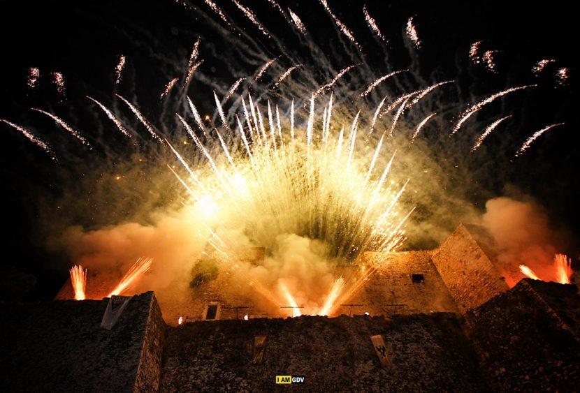 Stupore ed entusiasmo per i giochi pirotecnici di Vaccalluzzo Events per la seconda applaudita serata del Mad Fest