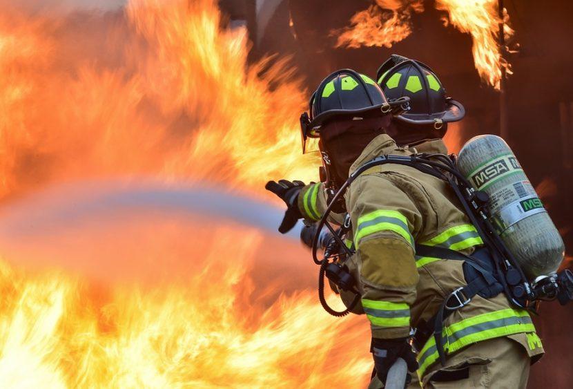 """""""Battaglia"""" su più fronti, incendio al parco Gioeni di Catania: rogo sotto controllo"""