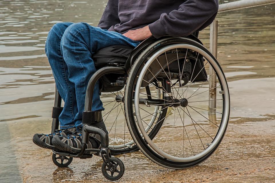 Schiaffeggia disabile, poi video su Facebook: beccato 15enne