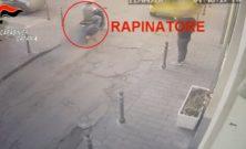 Rapina a Paternò, dalla posta fino al garage: gli strappa i soldi di forza