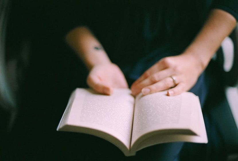 """Leggere è una rarità? """"I libri mi hanno salvato la vita"""": le testimonianze dei lettori"""