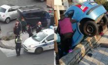 """«Pezzo di …!», """"ordinaria"""" follia a Catania: auto sul muretto e decine di persone in strada (senza mascherine)"""