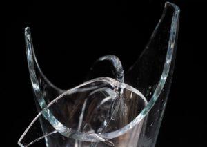 Lattina e bottiglie rotte usate come lame, ferite al volto e alla mano: serata da incubo per una coppia