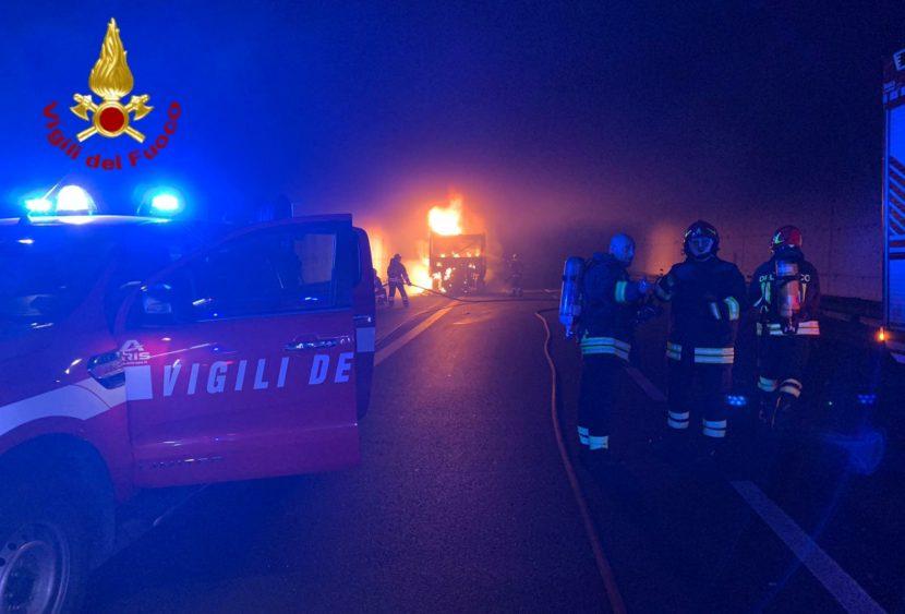 Incendio in galleria, in fiamme autoarticolato con legna: conducente si salva