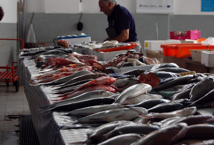 Mercati, oggi riaprono la pescheria e i rionali solo per alimentari