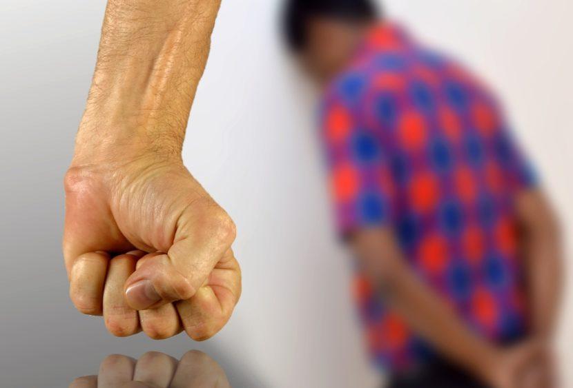 Omofobia, prende a manganellate coppia omosessuale: «Dovete andare via dal palazzo»