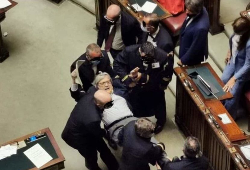 Vittorio Sgarbi perde il controllo e viene espulso dall'Aula della Camera