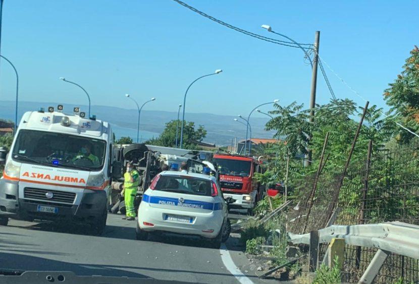 San Gregorio di Catania, camion si ribalta: traffico in tilt