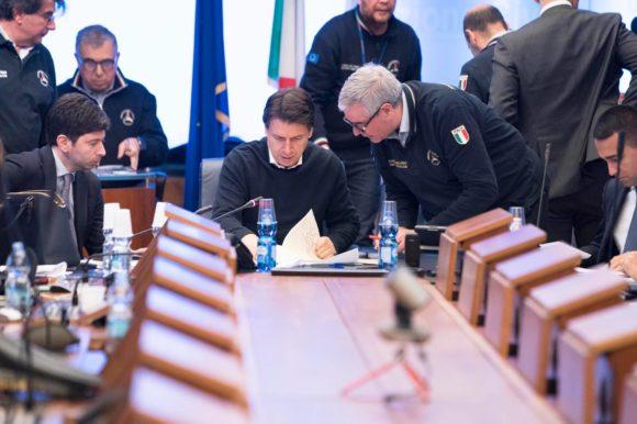 Il presidente del consiglio Giuseppe Conte firma un nuovo Dpcm in vigore per i prossimi 30 giorni