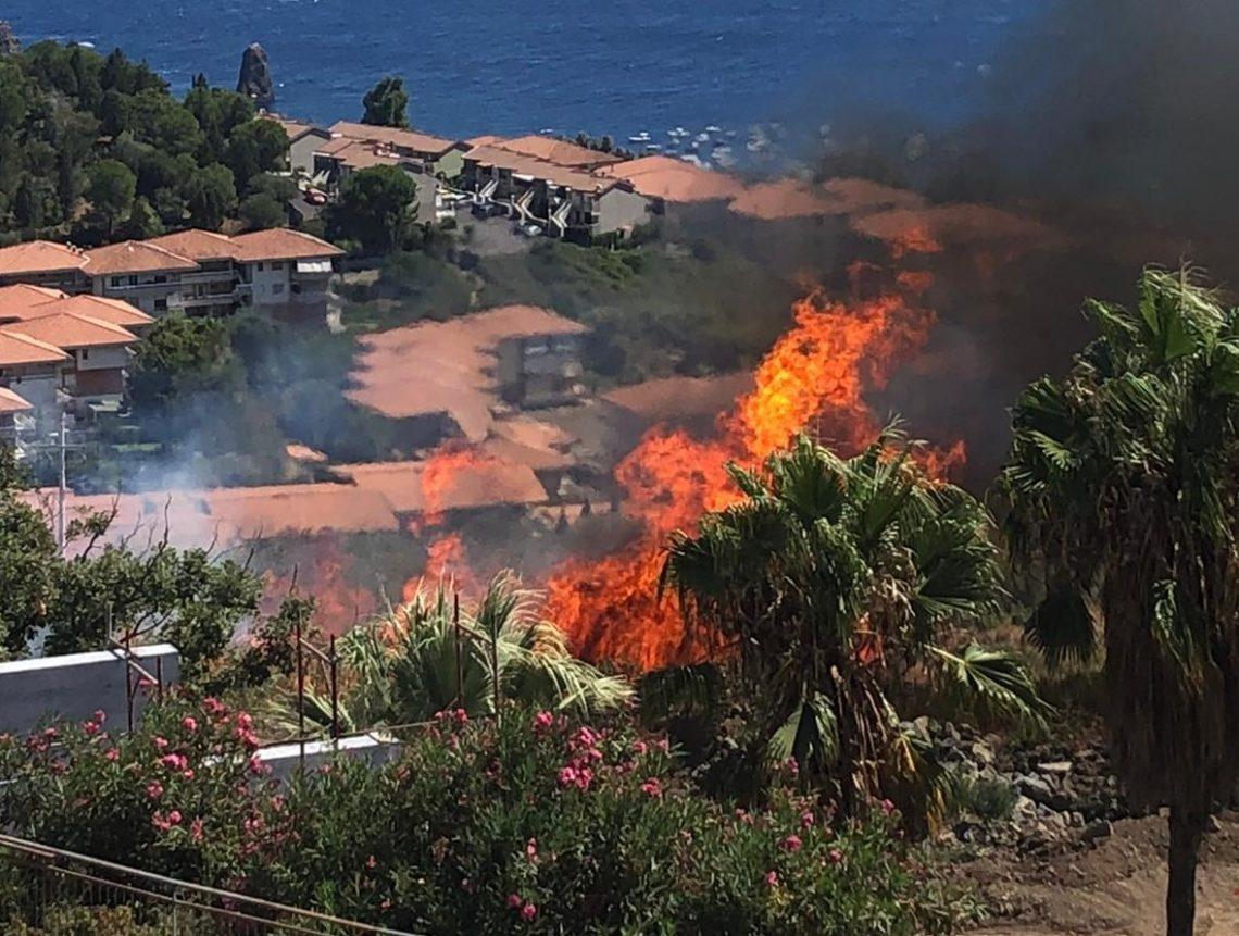 Brucia Vampolieri: incendio minaccia abitazioni, due ville sarebbero state colpite