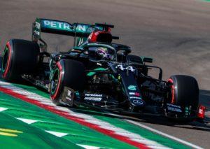 F1, Bottas fa scherzetto di Halloween a Hamilton: è pole anche a Imola
