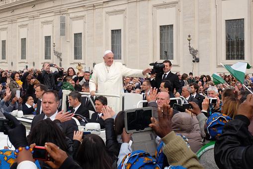 Papa Francesco: «Anche gli omosessuali hanno diritto a una famiglia»