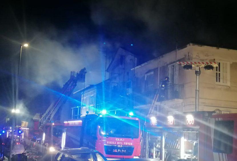 Messina, incendio nel centro abitato con ingenti danni