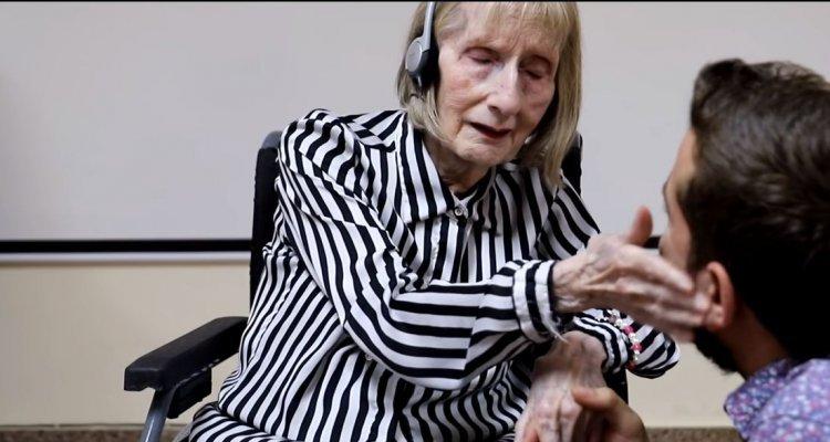 """Anziana ballerina malata di Alzheimer muove la mani sulle note de """"Il lago dei cigni"""""""