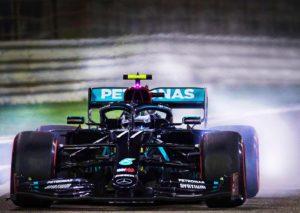 F1, Bottas si prende la pole nel kartodromo del Barhain, bene Leclerc
