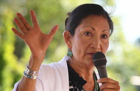 Biden nomina Deb Haaland: sarà la prima donna nativa in un governo USA