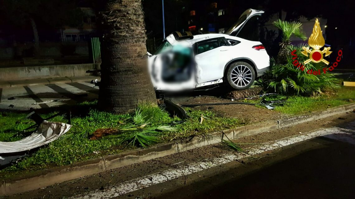 Catania, schianto mortale contro spartitraffico e palma, deceduto 39enne