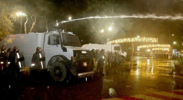 Albania, 25enne ucciso dalla polizia: scontri per le strade di Tirana