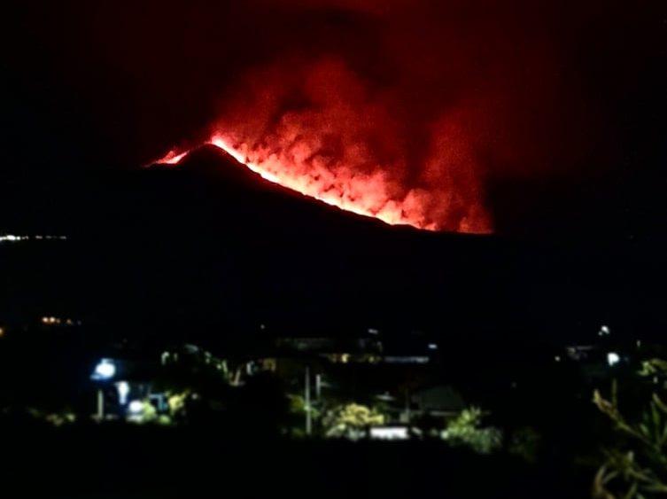 L'Etna sveglia Catania nel cuore della notte: colata mozzafiato