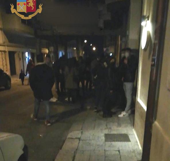 Gallipoli, bar aperto dopo le 18 e giovani assembrati. Multa e chiusura per tre giorni.