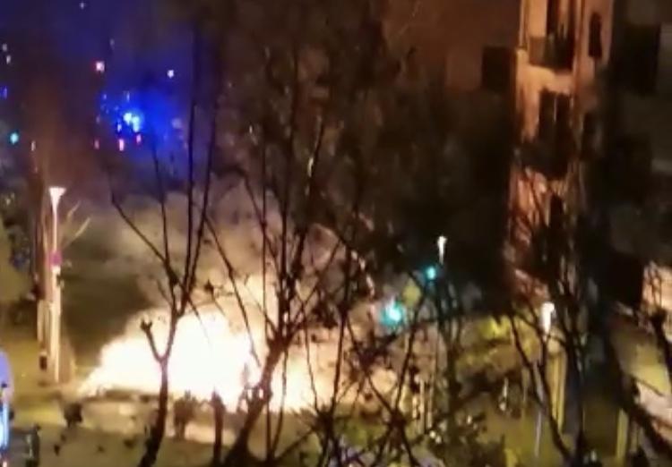 Catalogna a fuoco e fiamme, continuano gli scontri per l'arresto del rapper Pablo Hasèl – VIDEO