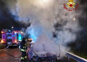 Viale Mediterraneo, incidente auto-moto: vettura in fiamme, centauro in ospedale - FOTO e VIDEO