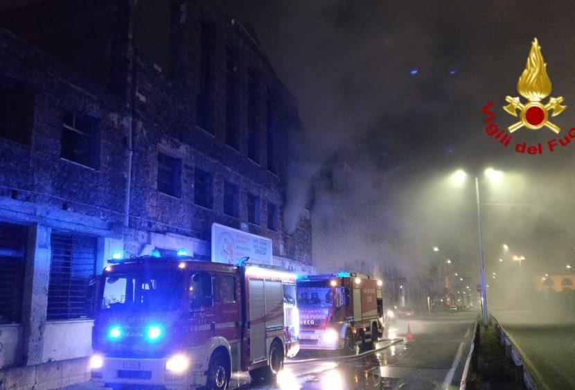 Incendio nella notte a Catania: necessario l'intervento dei Vigili del Fuoco