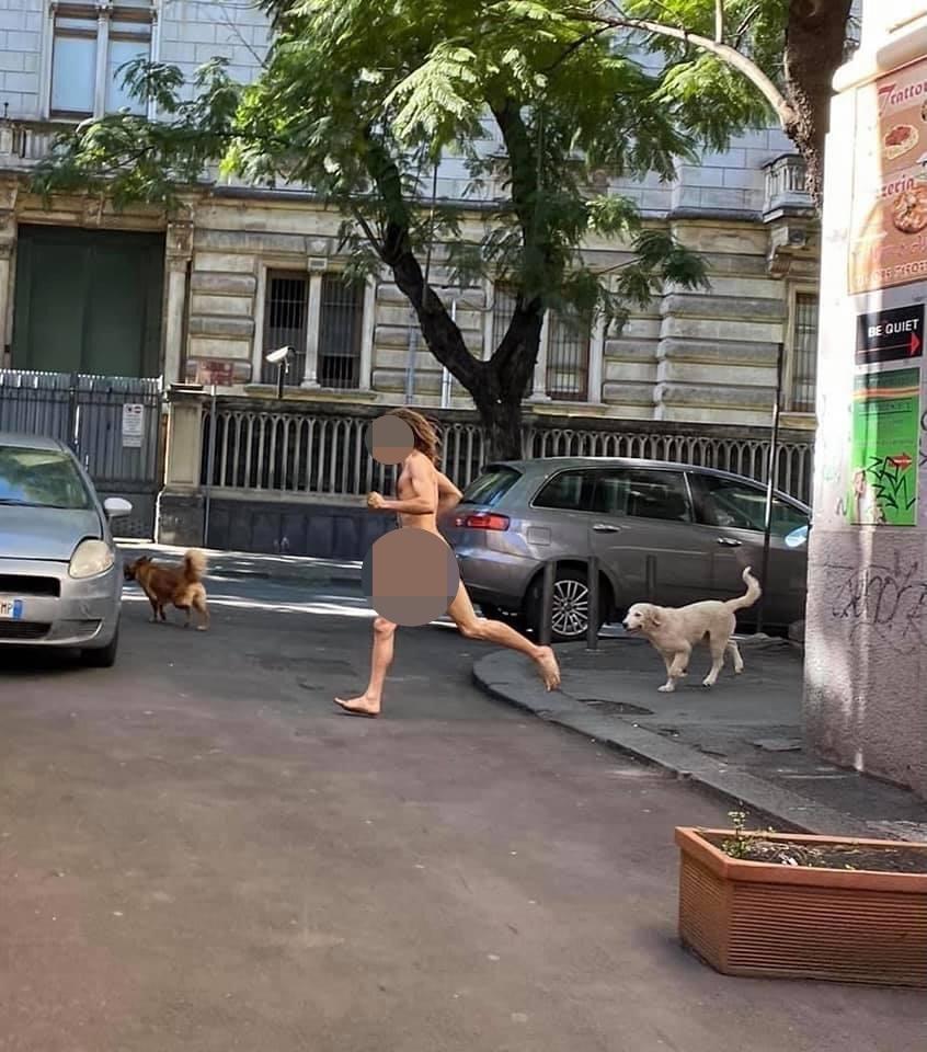 Uomo nudo corre in compagnia di animali al centro di Catania – LE FOTO