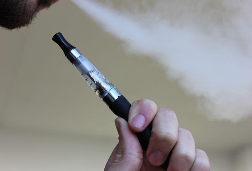 Fumare e svapare all'aperto o nelle vicinanze di altre persone può aumentare il rischio di contagio o di trasmissione del virus?