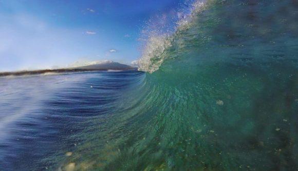La bellezza del mare visto da sopra una tavola: surf uno sport per tutti