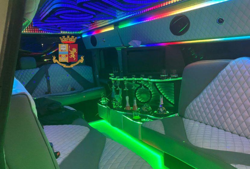 Palermo: polizia sanziona otto ragazzi che festeggiavano un compleanno in limousine