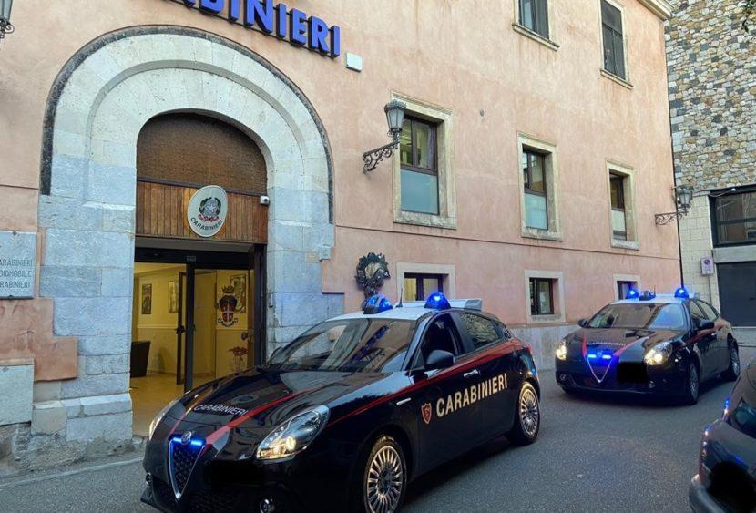 Tentano di disfarsi della cocaina lanciandola dalla finestra: arrestati