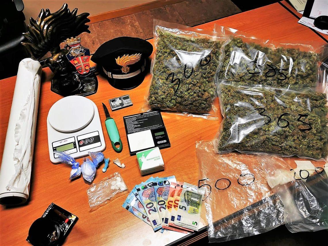 Catania, un kg di marijuana in auto; cocaina e kit del perfetto spacciatore a casa
